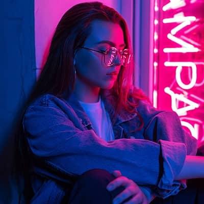 kobieta w okularach neon z tyłu